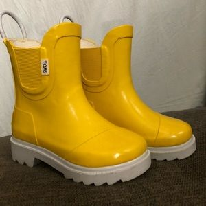 Toms Toddler yellow rain boots size T7.